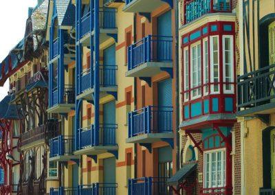 Maisons colorées avec ses balcons - ses cabochons - ses bow-windows .